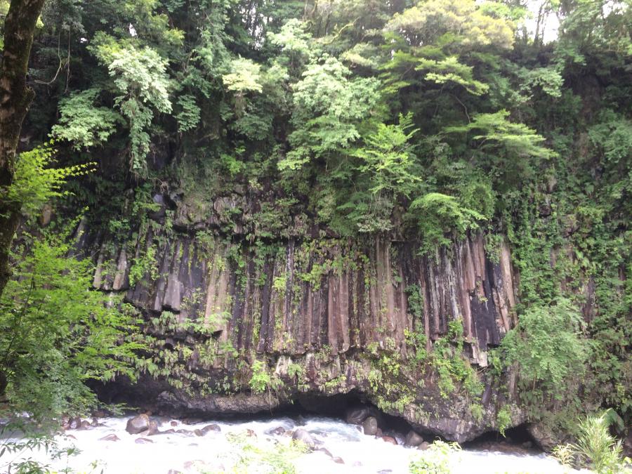 鹿児島県霧島の霧島神水峡で見た柱状節理