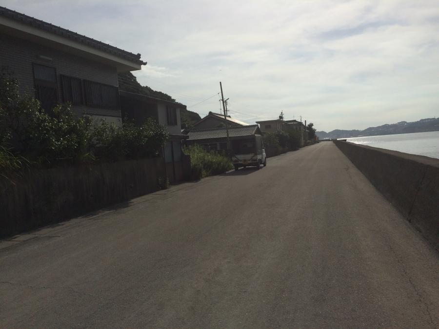 右手に海、左手に住宅街が広がる道
