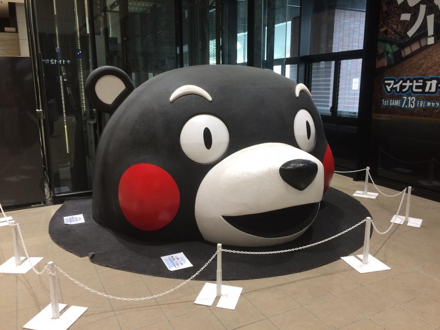 熊本駅のホームにある巨大なくまモンの頭部