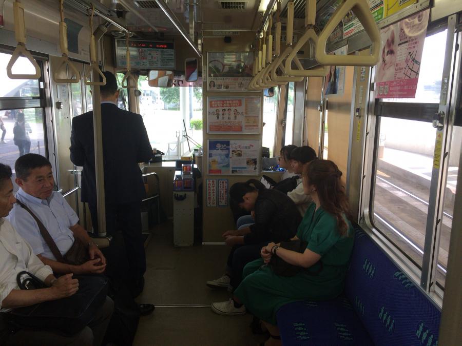 熊本市電の電車の中の様子