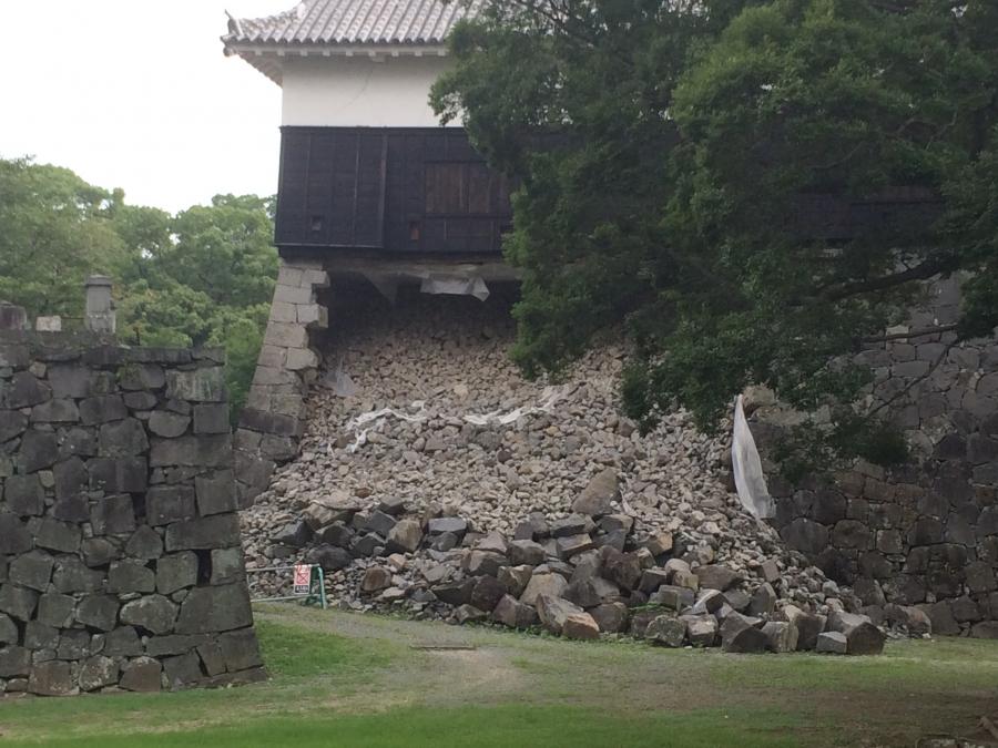 大地震で石垣が崩れた熊本城の馬具櫓
