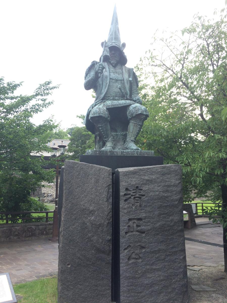 熊本城を築いた加藤清正公の像