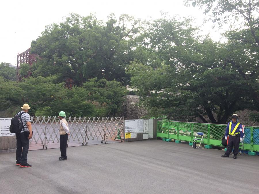 封鎖されている熊本城の入り口付近