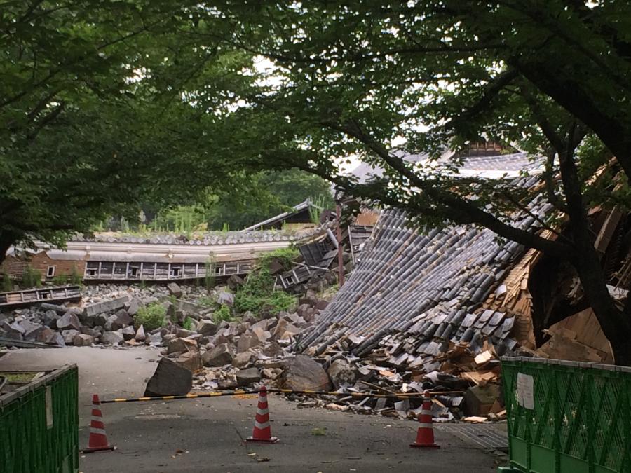 大地震で石垣が崩落し櫓が傾いている西大手櫓門と元太鼓櫓