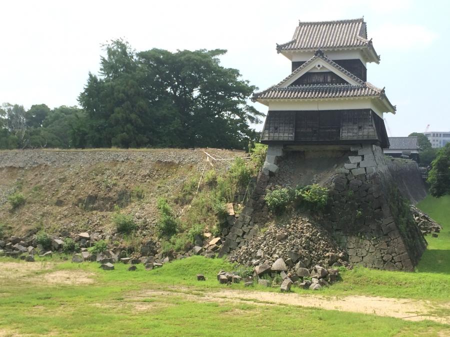 大地震により櫓下の石垣が大きく崩落した戌亥櫓