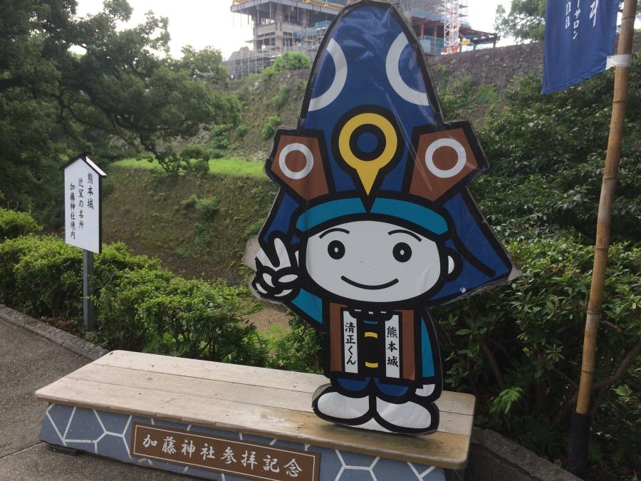 熊本城のマスコットキャラクター「清正くん」が立っている加藤神社の撮影スポット