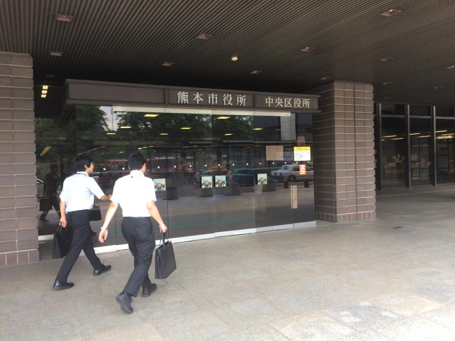 熊本市役所の入り口