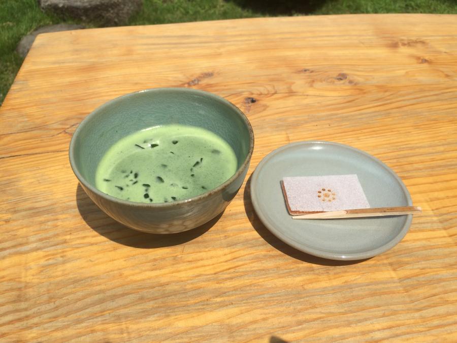 冷たい抹茶と「加勢以多」(カリンの羊羹を餅粉のおぼろ種で包んだもの)というお菓子