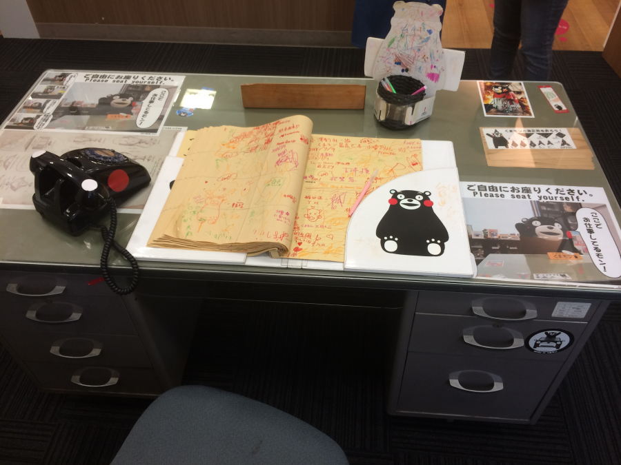 くまモン営業部長のデスクにある観光客からのメッセージ帳