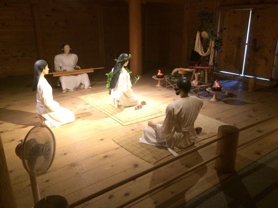 最高司祭者が祖先の霊に祈りを捧げる儀式