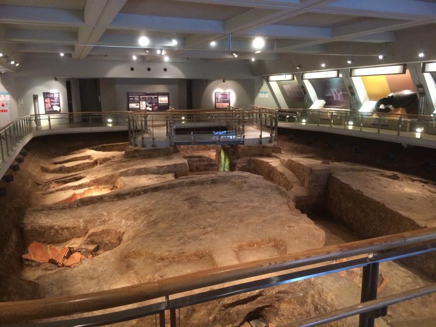 巨大な墳丘墓が築かれた跡