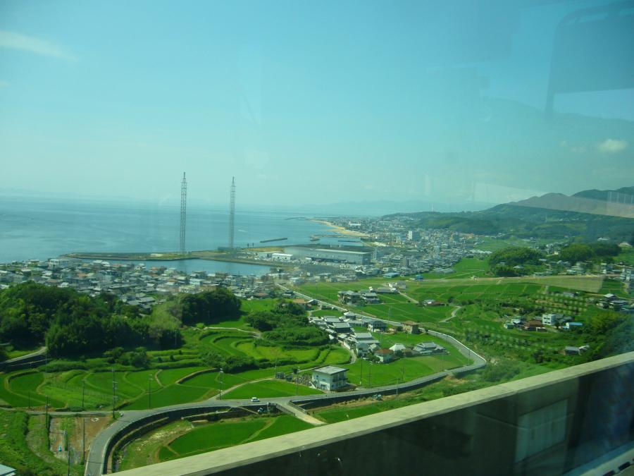 淡路島の高速道路の脇に田園風景が広がっている様子