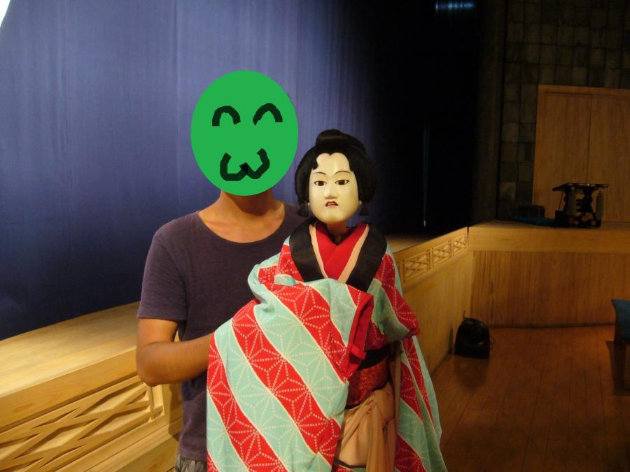淡路人形座の人形を持って記念撮影