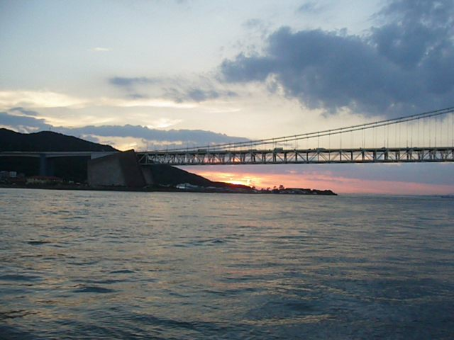 夕焼けに照らされる明石海峡と淡路島