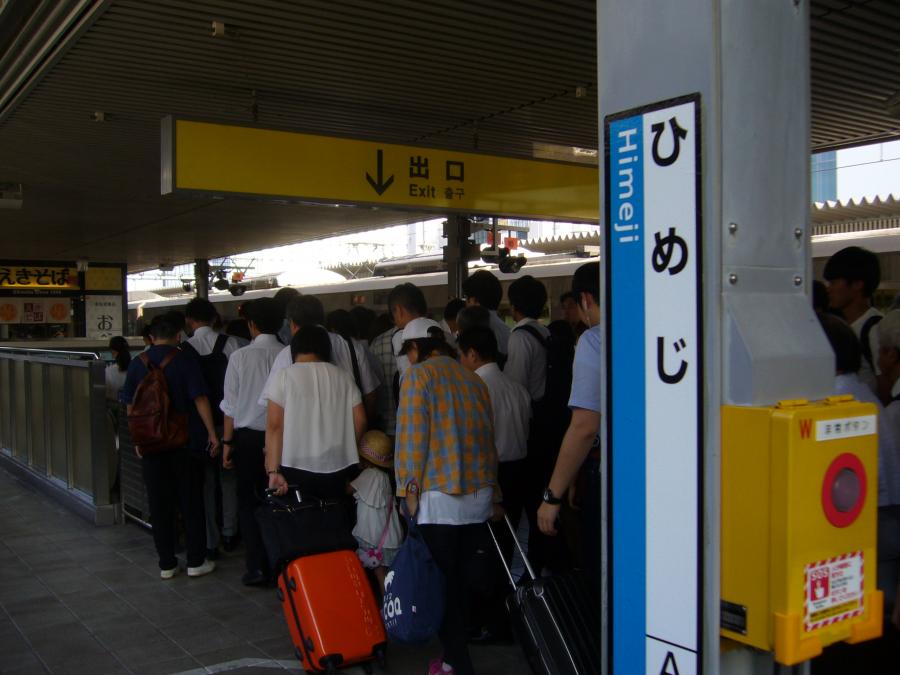 多くの人で賑わっている姫路駅のホーム