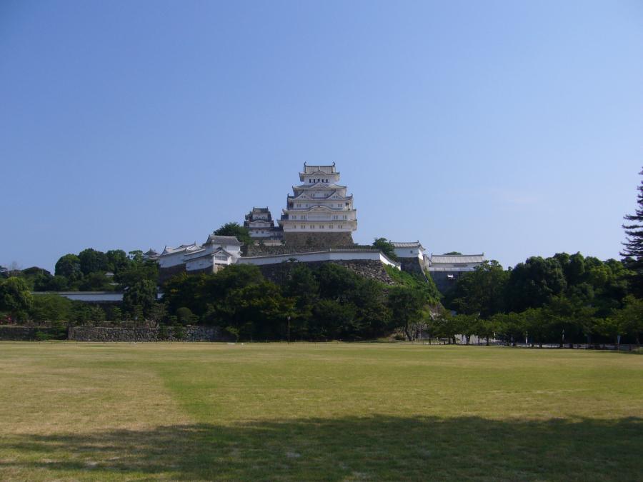 大きな芝生の広場と正面に見える姫路城