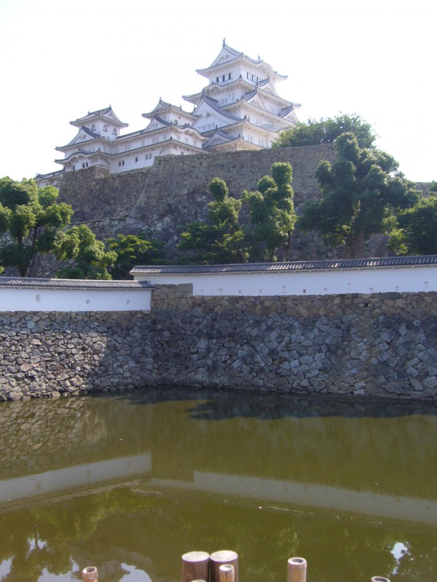 天守閣とその手前の「三国堀」という用水地