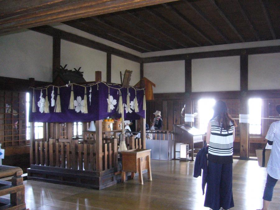 天守六階の様子と中央にある長壁(刑部)神社