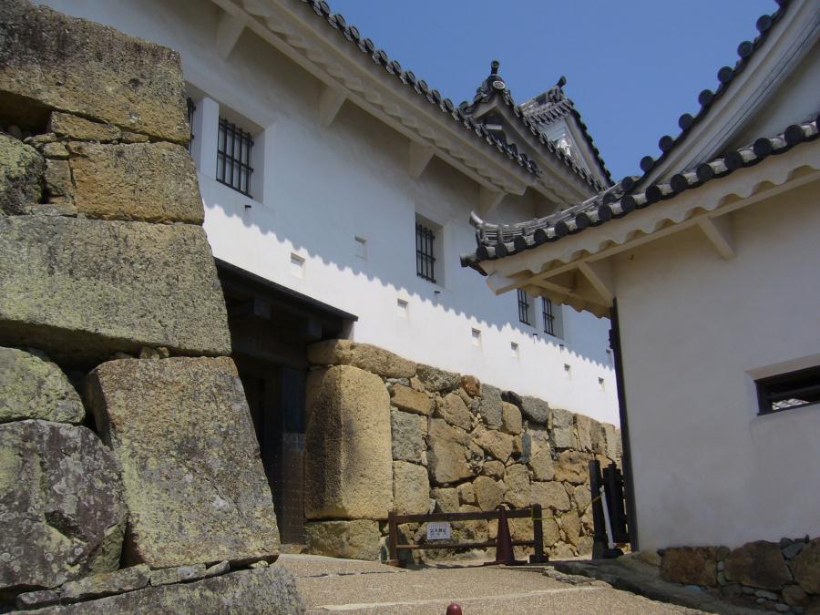 備前門の入り口脇にある石棺