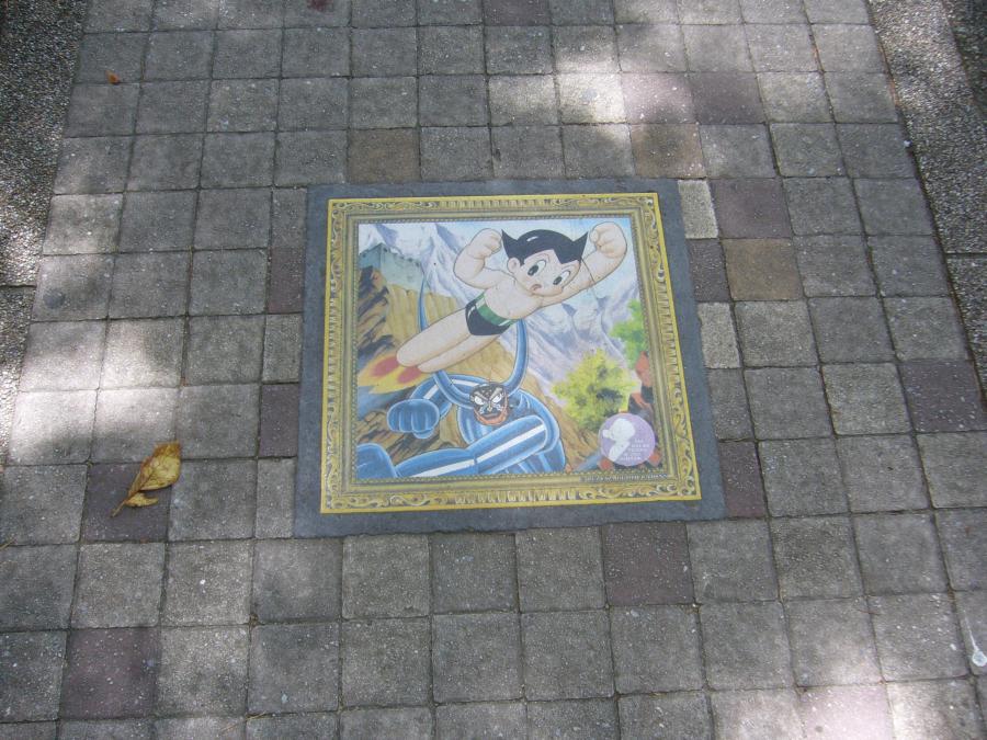 花のみちの地面に描かれた手塚治虫作品のキャラクター「鉄腕アトム」