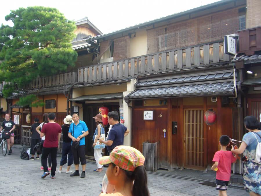 花見小路の観光客と飲食店