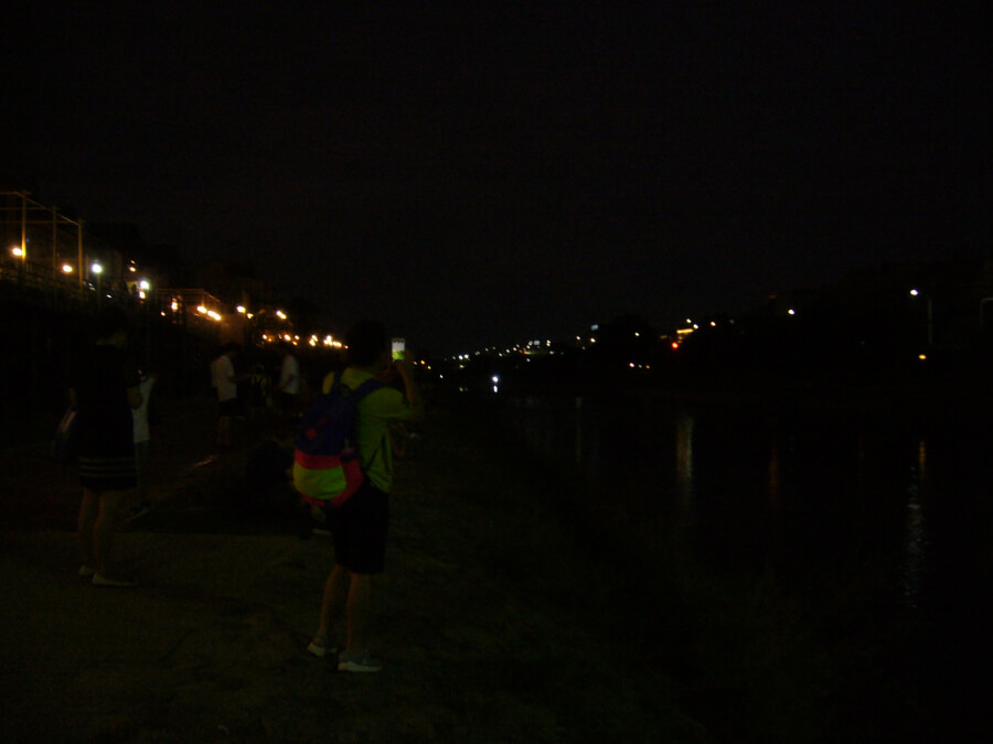 夜の鴨川の河辺