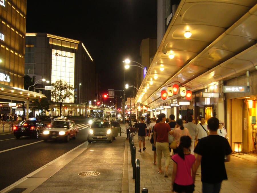 夜の四条通り