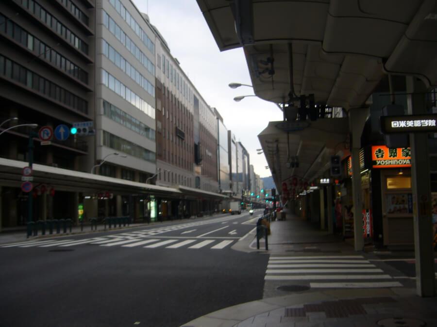 早朝の四条通りの様子