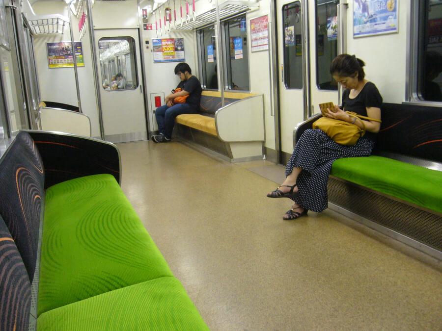 グリーンのシートと波状の模様が優美で京都らしい京阪本線の電車