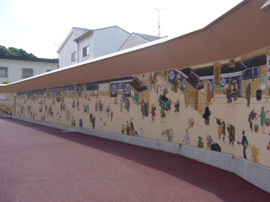 江戸時代の様子が描かれた壁の通り
