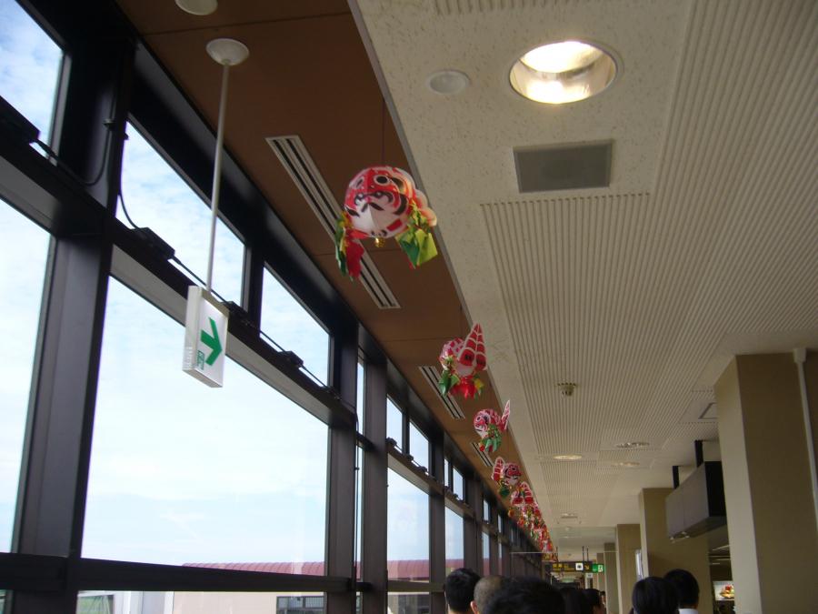 青森空港の天井に飾られた金魚ねぶた