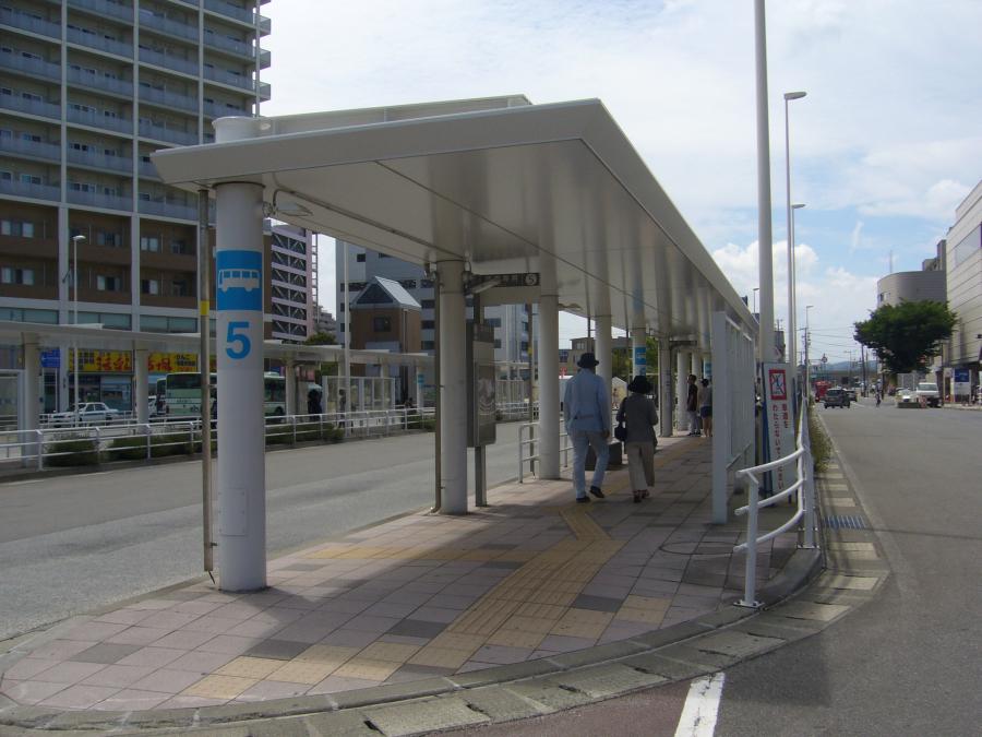 青森駅前のバスロータリーのバス乗り場