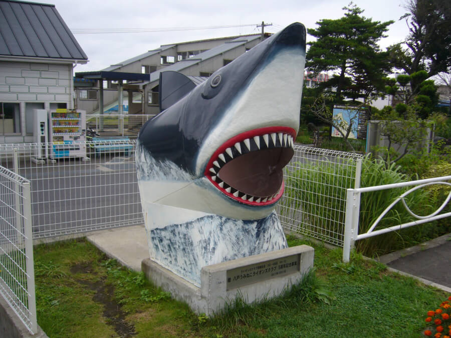 JR鮫駅前にある鮫の頭