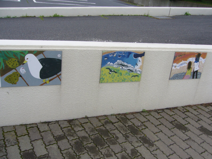 マリエントの壁に貼ってあるウミネコの絵