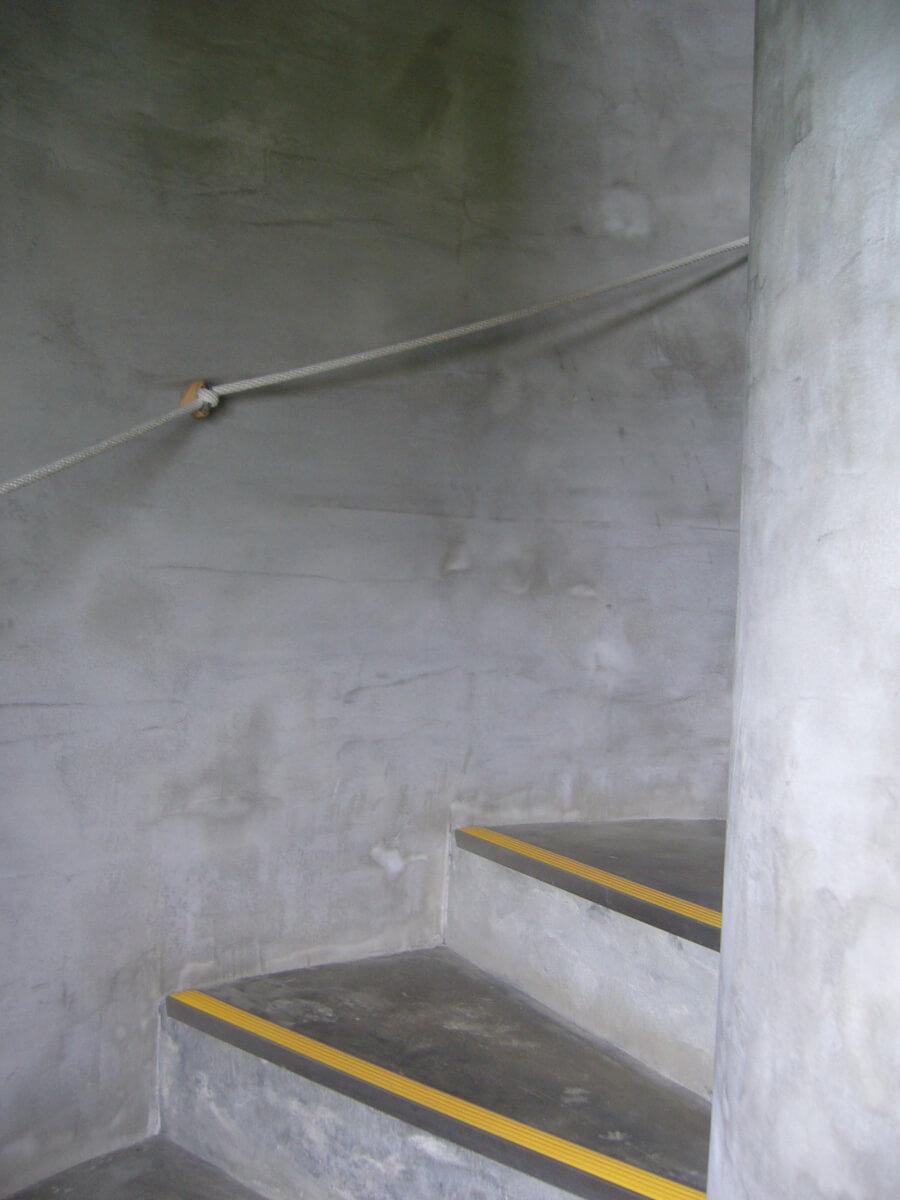 鮫角灯台の中のらせん階段