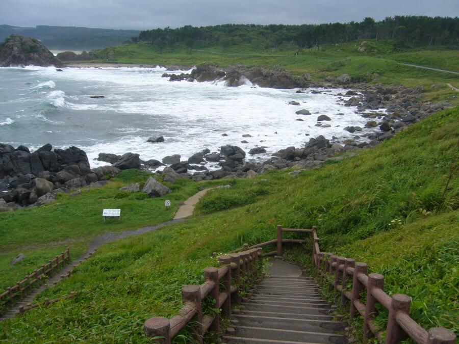 葦毛崎展望台から海岸線沿いに続く遊歩道