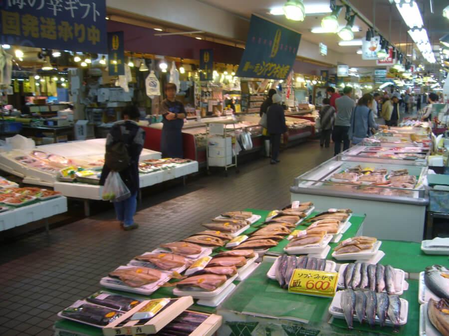 八食センターの魚介が並ぶ様子