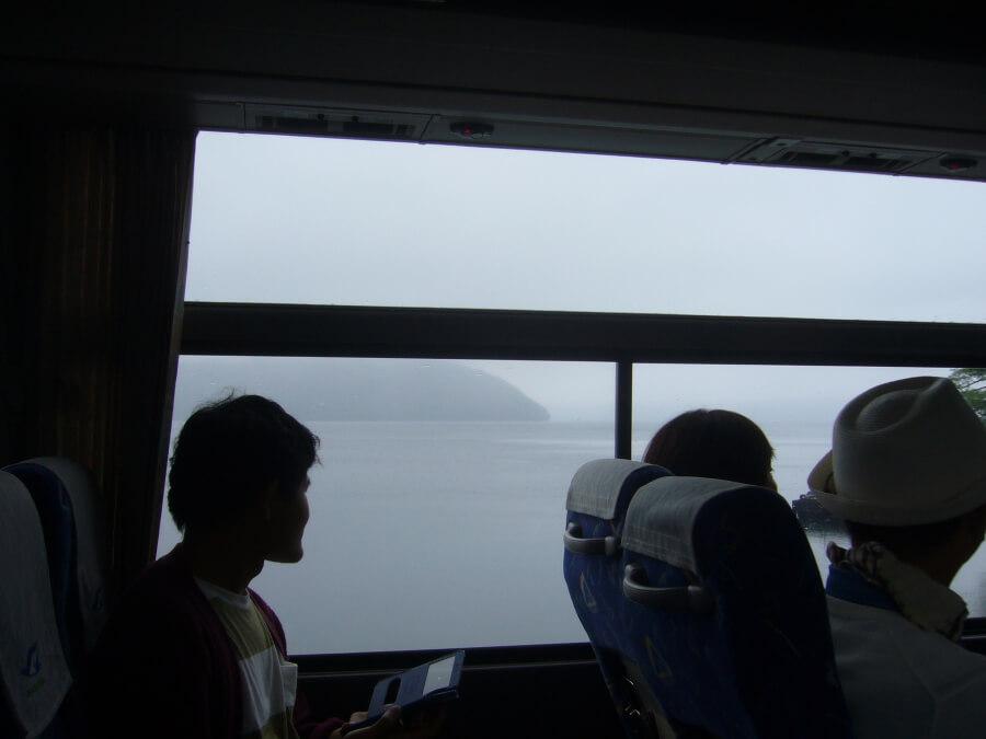 十和田湖に向かうバスの様子