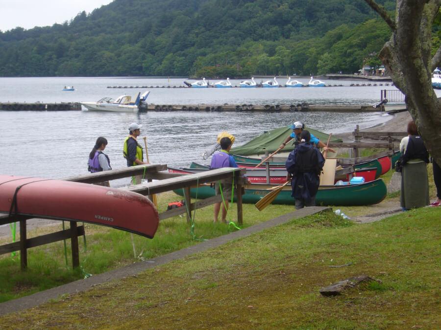 十和田湖でボートに乗ろうとする人たち