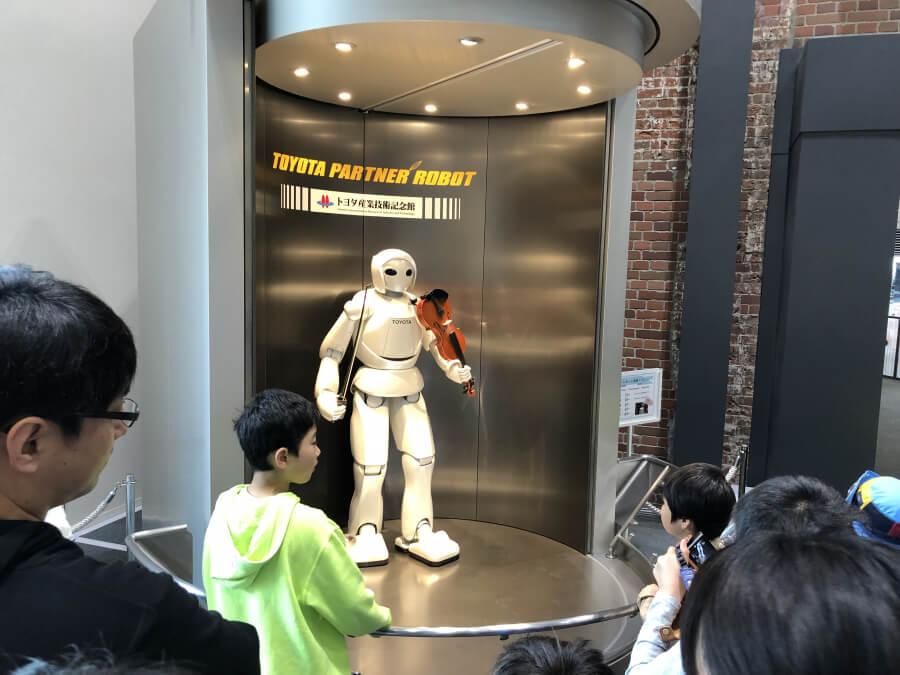 バイオリンを持ったトヨタパートナーロボット
