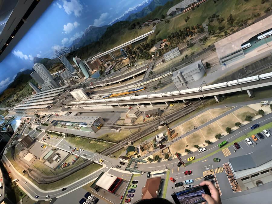 列車が走る街のジオラマ
