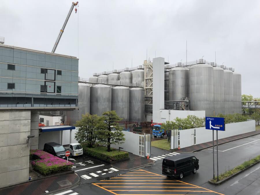 アサヒビール名古屋工場の屋外通路から見える風景