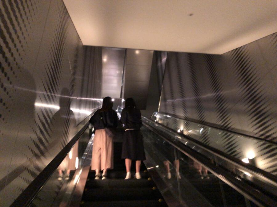 ミッドランドスクエアのスカイプロムナードに向かうエスカレーター