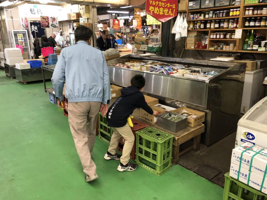 柳橋中央市場マルナカ食品センターでお手伝いする子供
