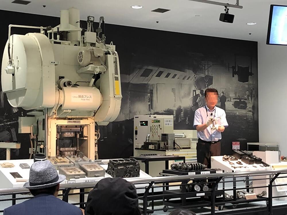 鋳造の機械と解説する係の人