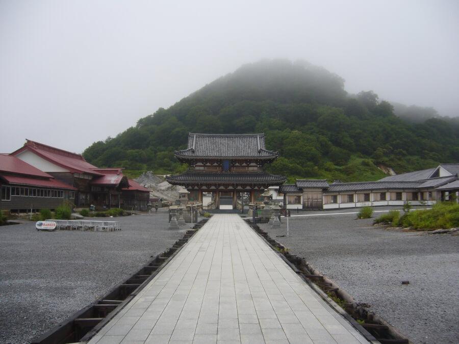 恐山の総門をくぐった後の風景