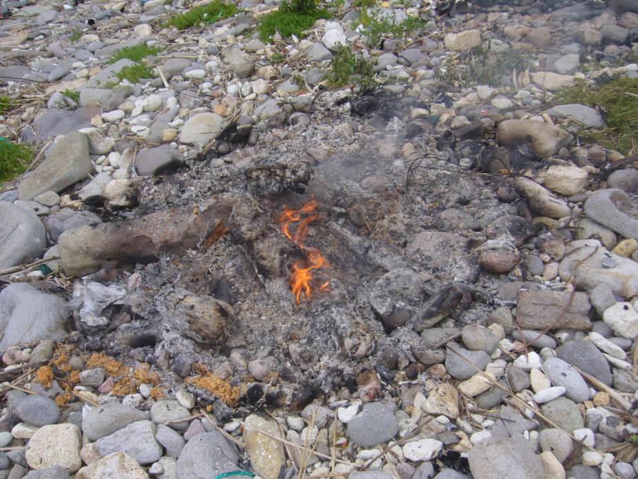 仏ヶ浦の岸辺の焚火跡