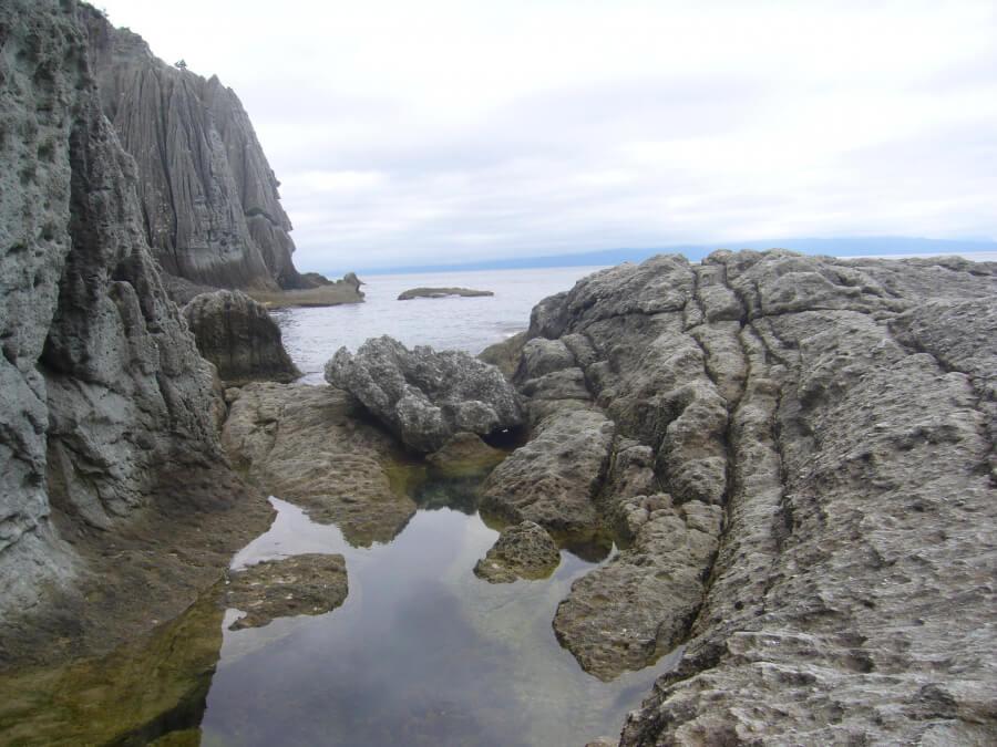 仏ヶ浦の岸辺の小岩