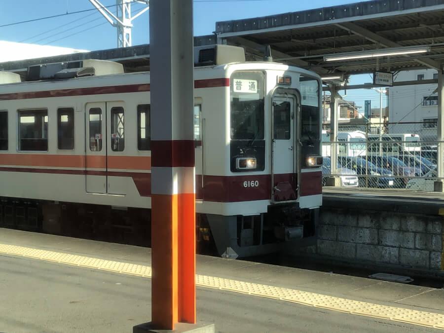 栃木駅のホームに停車するローカル線