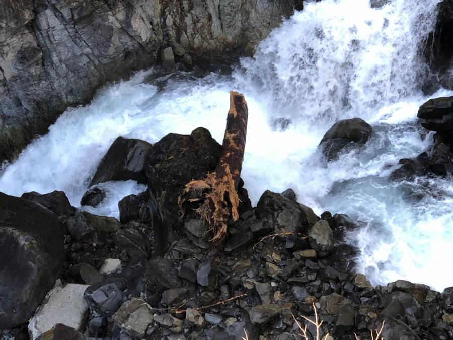 華厳の滝の川と流木